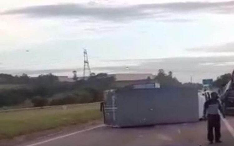 Caminhão tombado na rodovia castelo branco em Sorocaba