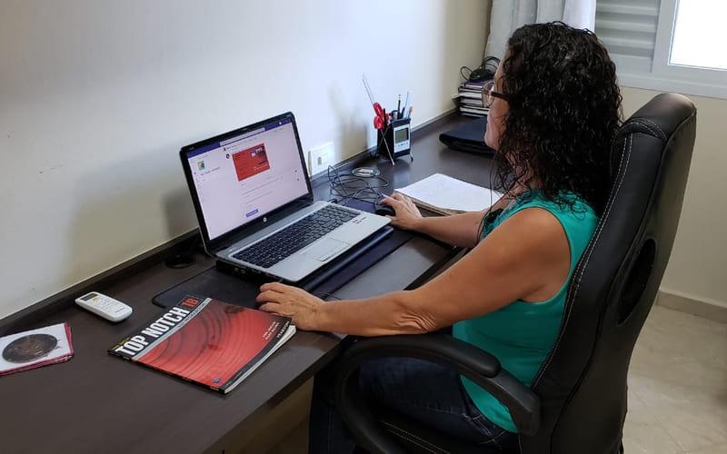 aluna do senac fazendo curso online