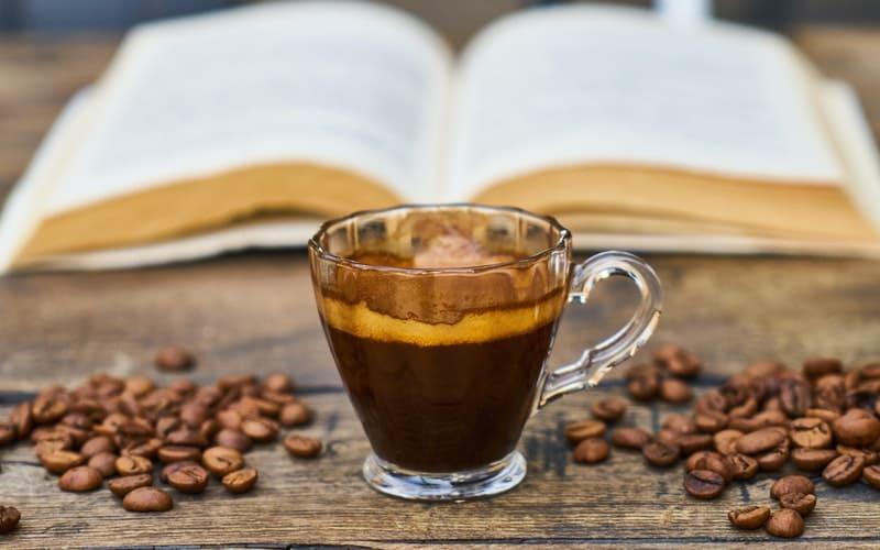 Xicara de café em cima da mesa