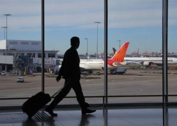 homem no aeroporto